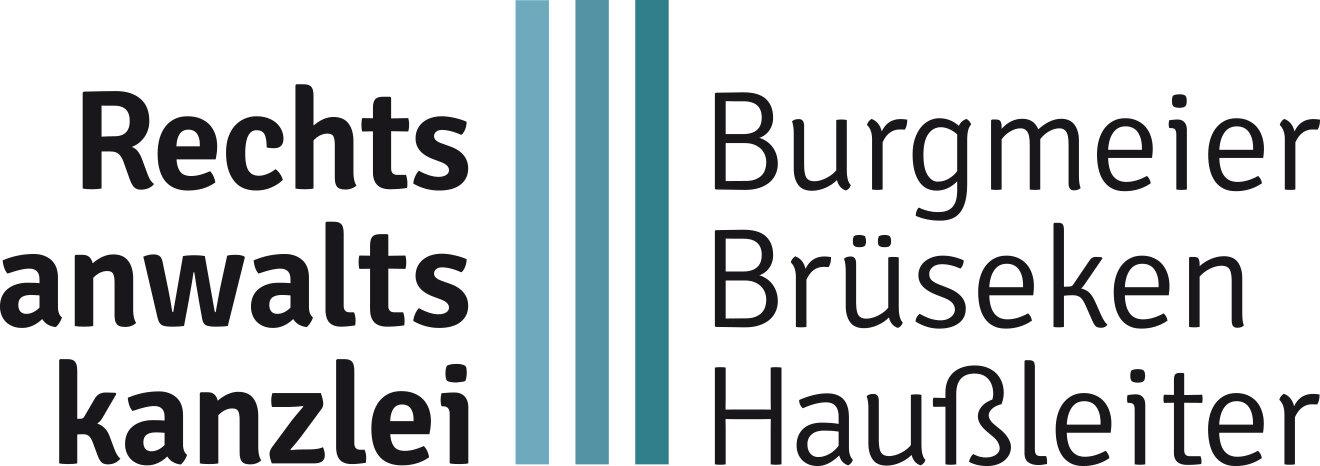 """Das textnahe Logo unserer Kanzlei. Links neben drei vertikalen blauen Strichen steht """"Rechtsanwaltskanzlei"""" und rechts davon stehen die drei Namen """"Burgmeier"""", """"Brüseken"""" und """"Haußleiter""""."""